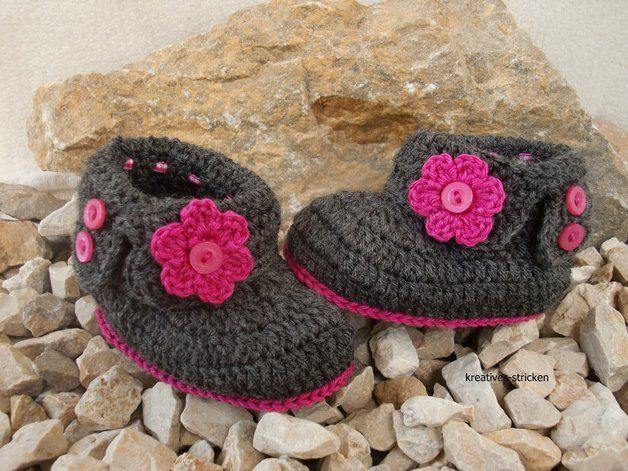 Häkelanleitung für niedliche Babyschuhe mit Blüten / cute diy crochet project: baby shoes with flowers by kreatives Stricken via DaWanda.com