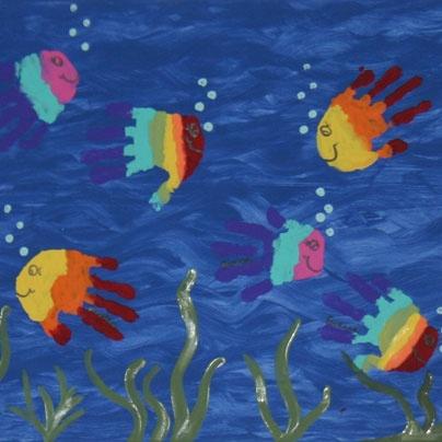 Peces en el fondo del mar con huellas de las manos...