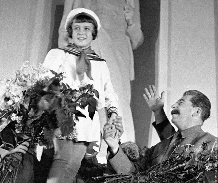Пионеры приветствуют Сталина