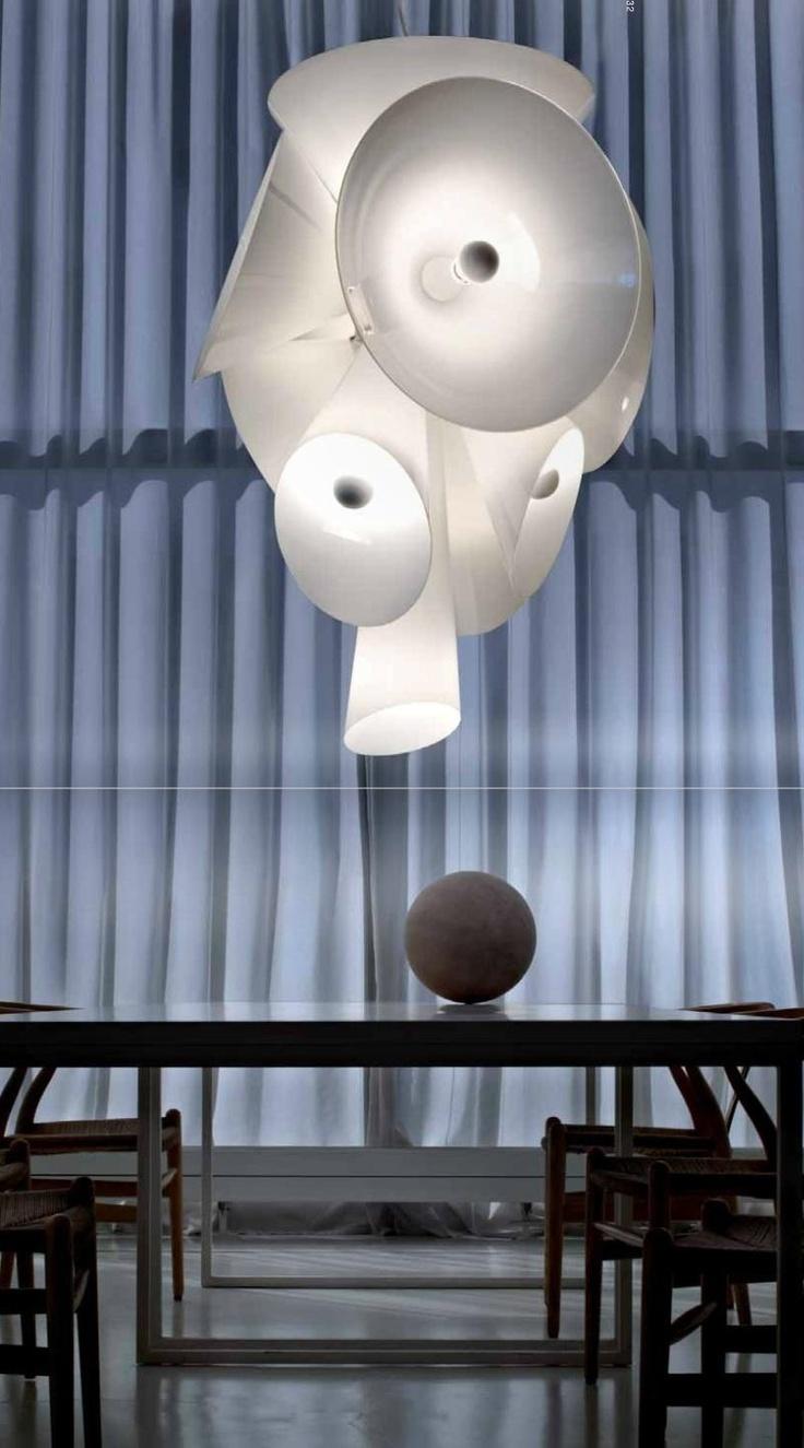 Joris Laarman - Nebula Gemaakt in 2007 voor het Italiaanse bedrijf Flos. De Nebula lamp is gemaakt van handgeblazen glas en aluminium en geeft een fraai diffuus licht. Nebula is het Latijnse woord voor een gas- of stofwolk in de ruimte. Het defuse licht van de Nebula lamp bootst dit fraaie fenomeen na. De Nebula lamp is 120 centimter hoog en is ideaal om een hoge hotellobby of museumentree mee aan te kleden.