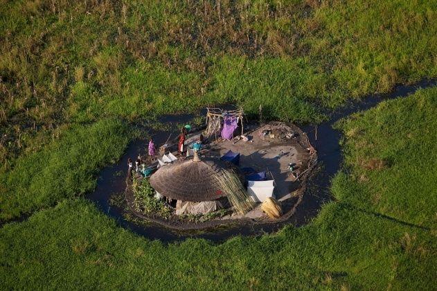 YannArthusBertrand2.org - Fond d écran gratuit à télécharger || Download free wallpaper - Hutte dans les marais autour du Nil Blanc près de Bor, état de Jonglei, Soudan du Sud (6°31' N - 31°29' E).