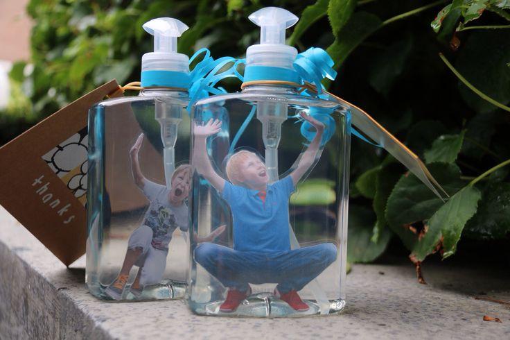"""Afscheid juffen. Zeeppompje met gelamineerde foto van """"gevangen"""" kind erin."""