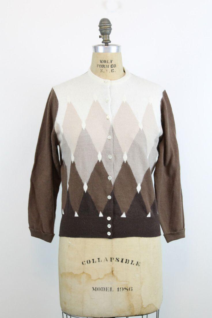 Prachtige jaren 1960 vest! In een zachte wol mengen met ruitpatroon. Gemaakt in Japan.  ♥♥♥ Merk: Tarsia Knit Grootte op tag: geen Past zoals: 38 Kleur: ivoor/bruin Materiaal: 20% bont fibre/10% nylon / 70% lamsvacht Voorwaarde: Uitstekende Vintage: teeny beterende hand gemaakt back van de kraag en sommige zwakke gelige merken er ook.  ✂---Metingen Bust (onderarm seam): maximaal 44 Tailleband: 29 Totale lengte: 23 Schouders (naad tot naad): 15.5 Mouw (buitenste seam) 22  m ik ...