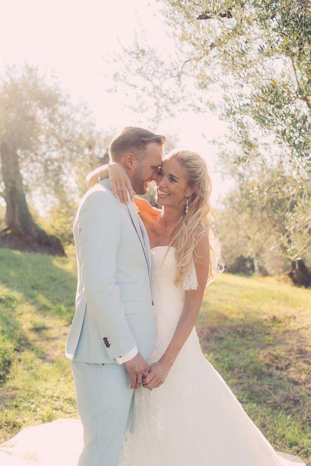 Half opgestoken met het haar naar achteren #lente #bruidskapsel #bruiloft #bruid #haar #makeup #wedding #hair #hairstyles   Half opgestoken bruidskapsels   ThePerfectWedding.nl   Fotografie: Lato Photography