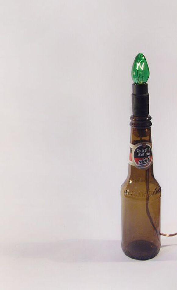 Estrella Galícia, bem pequetita, tem apenas 23cm e lâmpada halógena E14, um detalhezinho que no meio de outras garrafas se destacará. Ah, desculpem-nos a honestidade mas essa cerva não nos engana, tem marca, muita água, muito álcool e pouco sabor. Tipo as nossas Ambevs aqui :/