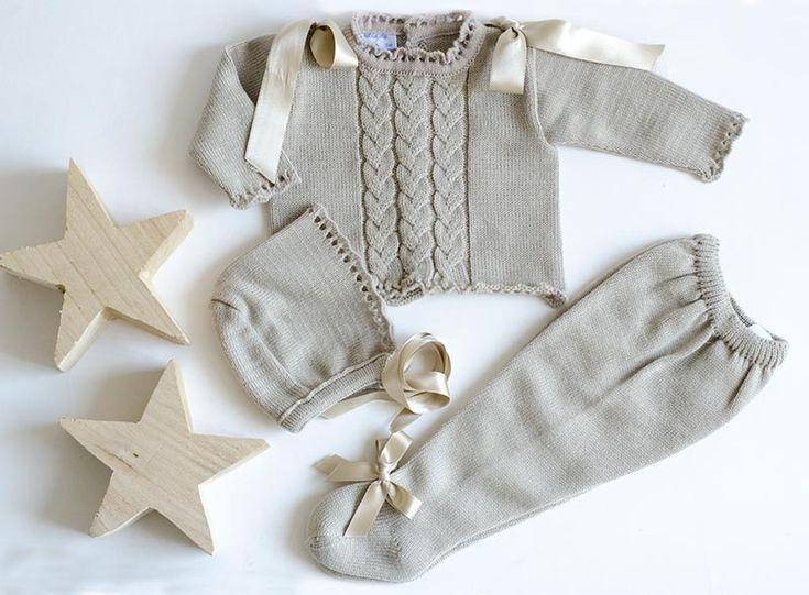 Precioso y práctico conjunto de punto para los días frios de otoño e invierno. Compuesto por 3 piezas: jersey, polaina y capota en un color beige. Ideal para combinar con nuestros bodys tipo camisa primera postura con cuello y puños.