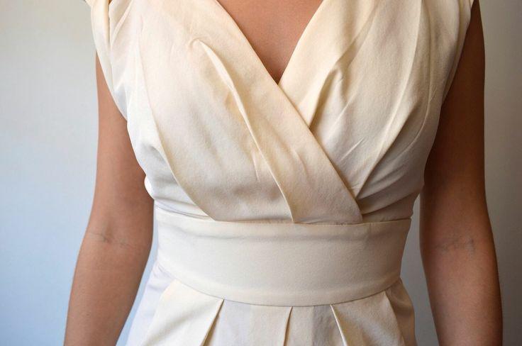 Detalle busto y cintura, vestido blanco.