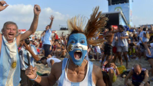 """Del """"Sou brasileiro"""" a las elaboradas letras de los argentinos, pasando por el inédito tema con el que los estadounidenses por fin dieron para animar a su selección. Todos los jugadores pueden rendir testimonio de cómo eriza la piel escuchar a miles de hinchas que se unen para entonar un cántico sincronizado."""