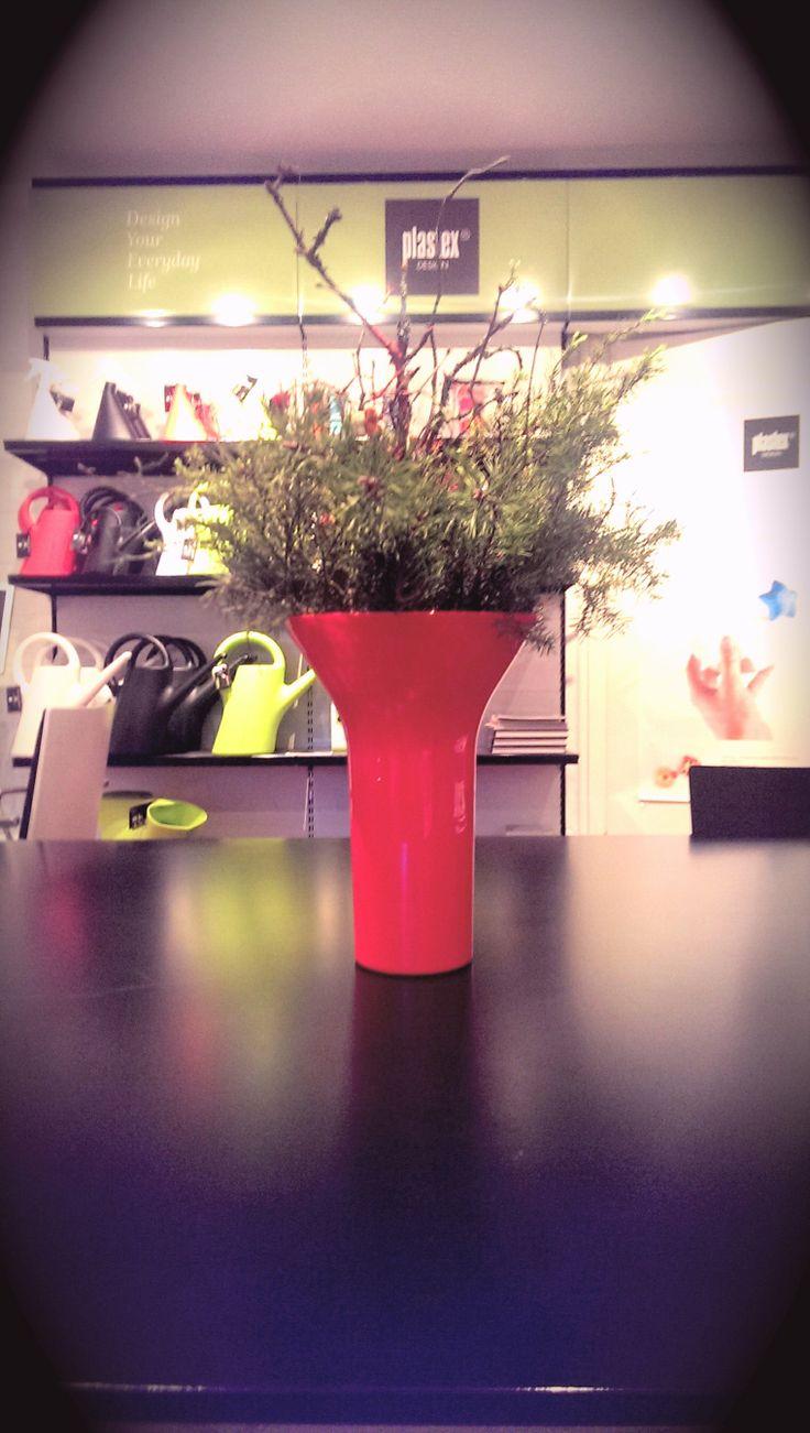 Eero Aarnion suunnittelema vaasi ja tietysti Suomessa valmistettu!  Red attractive vase designed by famous designer Eero Aarnio.