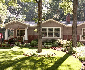 This curved garden adds interest to the front yard: Gardens Beds, Band, Front Yards, Flowers Beds, House, Landscape Ideas, Front Yard Landscape, Front Porches, Curves Border