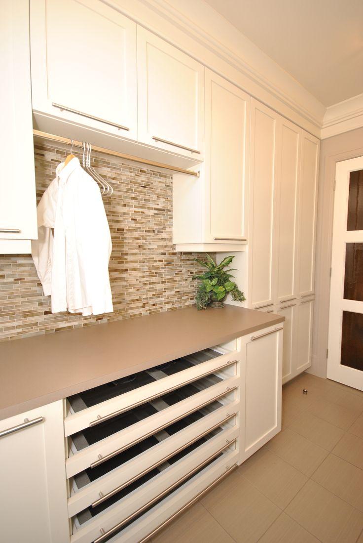 Salle de lavage pratique avec ses tiroirs moustiquaire et la tringle pour sécher les vêtements à l'air libre.