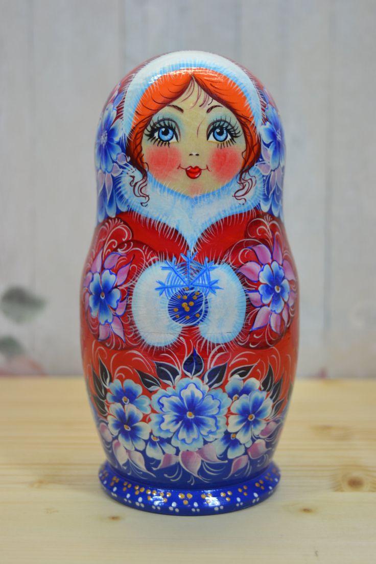 Poupée russe traditionnelle / ensemble de matriochka poupées 5 pièces / en bois à la main peinte poupées d'empilage / traditionnel l'art populaire russe.  Poupée gigogne est tournée de tilleul (dautres noms - lime de tilleul). Chaque élément de la poupée est peint avec de la peinture gouache de haute qualité (tempera). Certains détails sont faites avec lutilisation de la feuille décorative. Chaque poupée russe est recouvert de 3 couches de vernis brillant non toxique !  Cette ...