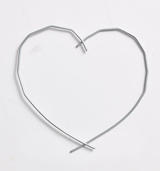 Christmas decorations! Heart of metal wire, perfect for the simple decorations. Buy at www.thetravellingband.dk