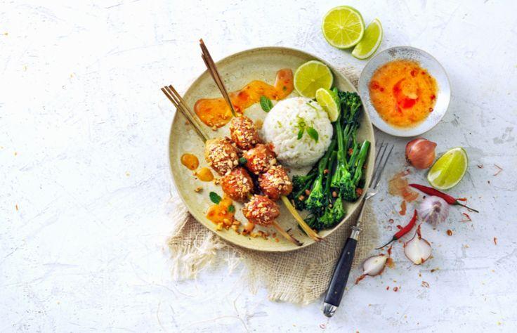 Peperverbouwer van Fair Trade Original, Khun Orapin, deelt haar recept voor citroengras-kipspiesjes met rode curry, kokosmelk en pinda's.