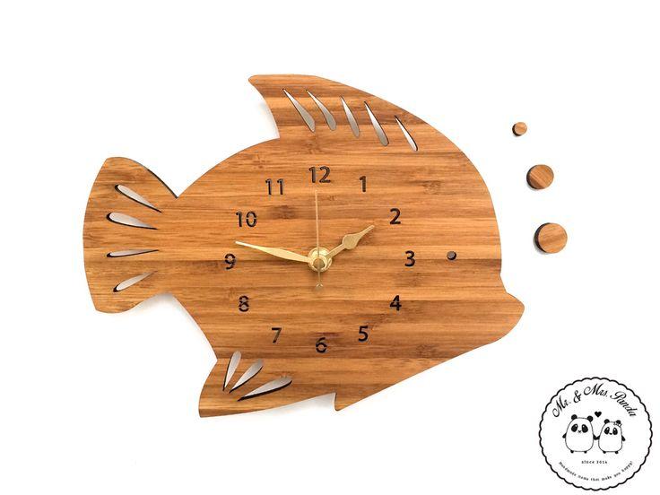 Wanduhr Fisch aus Bambus  Coffee - Das Original von Mr. & Mrs. Panda.  Unsere zauberhaften Wanduhren sind für kleine und große Kinder gleichermassen geeignet und verzaubern jeden Raum. Natürlich sind unsere Wanduhren mit absolut lautlosen Uhrwerken ausgestattet.    Über unser Motiv Fisch  Da die Welt zu 70 % aus Wasser. Für Meerestiere und Fische der perfekte Ort zu leben. Fische gibt es in alles Größen und Formen, in allen Farben und Vorkommen. In Aquarien kann man die faszinierende…