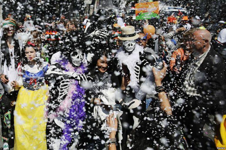 Para peserta dalam kostum-kostum mereka disemprot dengan busa dalam parade memperingati perayaan Purim, yang diperingati kaum Yahudi, di luar sekolah Republik Rogozin di Tel Aviv selatan, Israel. Purim adalah perayaan untuk memperingati selamatnya orang-orang Yahudi dari percobaan genosida pada jaman  Persia kuno, seperti diceritakan dalam buku Ester.