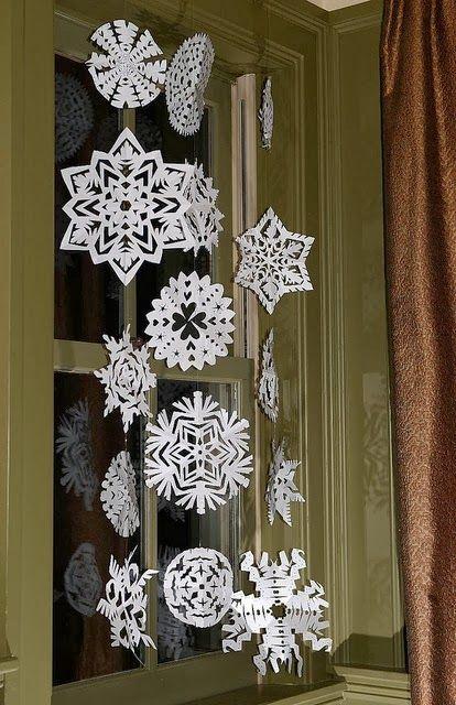 クリスマスのデコレーションといえば、やっぱりスノーフレーク(雪の結晶)!折ってはさみを入れるだけで簡単に作成できます。さまざまな形ができるカッティングパターンを集めてみました。たくさん集めて美しいオーナメントを作りましょう。ホームパーティーのテーブルデコレーションにも、ギフトラッピングにも使えます。