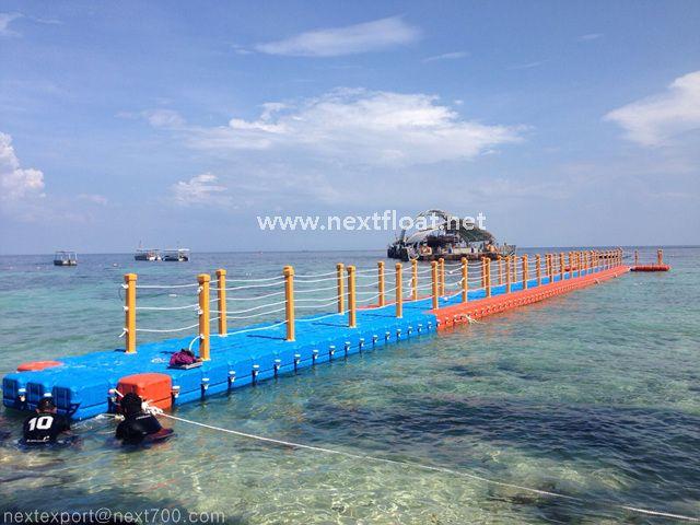 이 아름다운 풍경의 부교는 말레이시아에 설치된 플로트입니다. It is located in Malaysia as a walking bridge.
