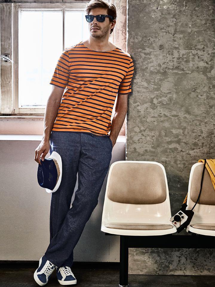 T-SHIRT LOVE MARINIERE. So sieht der bretonische Klassiker, das französische Matrosenshirt, im Sommer aus: marineblaue Streifen auf Orange. Original von Saint James aus dichtem Jersey, mit 8 mm breiten Ringeln, ohne Bündchen und mit gemäßigtem Bootsausschnitt. Dazu: POST-DENIM-HOSE aus italienischem Leinen-Baumwoll-Mix. Die optische Nähe zur Jeans kommt durch die dunkle Indigofärbung und die vom Denim abgeschaute zweifarbige Köperbindung. Mit Tunnelzug. www.mey-edlich.de