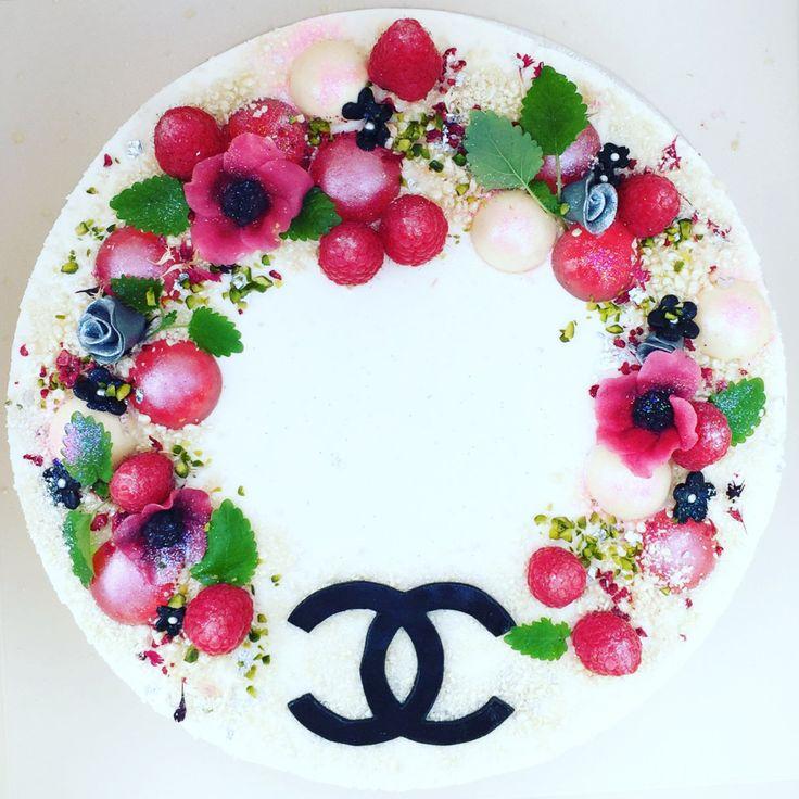 """""""Denne kage egner sig fantastisk som bryllupskage, festkage, fødselsdagskage eller lign. Men præcis denne er en kage serveret ved et CHANEL-event i februar 2016."""" Jeg blev bedt om at bage kager til et CHANEL event.. Jeg modtag et mood-board fra Chanel med titlen """"Vinterhaven"""" – og straks var jeg igang med at udtænke et koncept.Jeg følte mig inspireret af: Iskrystaller Regndråber Små spæde skud Franske anemoner Røde læber – Coco Chanels trademark:) Perlekæder – likewise… Farvetema i hvid…"""