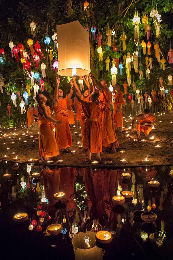 Reflexión Hermosa, Poniendo a flote Festival de Linternas, Loy Krathong. Chiang Mai, Tailandia