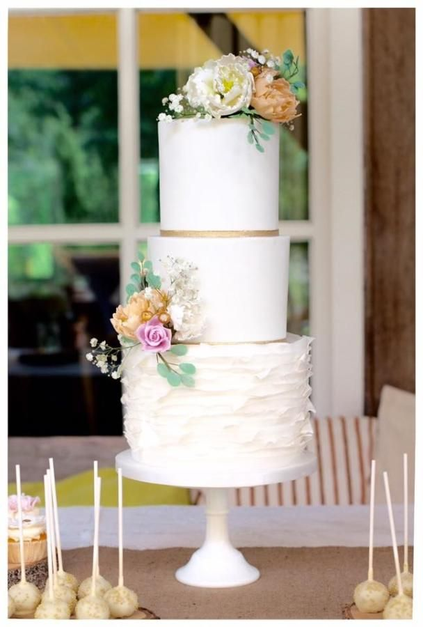 Romantic weddingcake by Taartjes van An (Anneke) - http://cakesdecor.com/cakes/245898-romantic-weddingcake