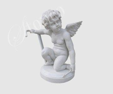 Amorek z zabawką - rzeźba kamienna