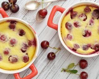 Clafoutis léger aux cerises en mini cocottes : http://www.fourchette-et-bikini.fr/recettes/recettes-minceur/clafoutis-leger-aux-cerises-en-mini-cocottes.html