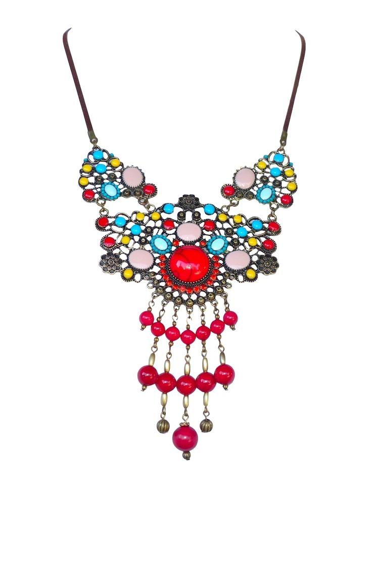 Très ethnique, ce collier est en bronze avec des perles de Corail.