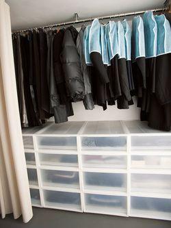 同じケースで揃えるとビジュアルがいいね! 無印良品の達人に学ぶ クローゼット収納術|人気のIKEA&無印良品で美部屋を作るコツ!|CREA WEB(クレア ウェブ)