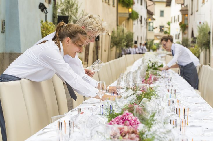 GREAT GOURMET EVENT (FESTIVAL TABLE) Culinary highlights in the historic streets of St. Pauls | Eppan, choreographed by star chef Herbert Hintner and team. #WeinKulturWochen #settimaneenoculturali #winecultureweeks #Eppan #Appiano #SouthTyrol #Südtirol #AltoAdige