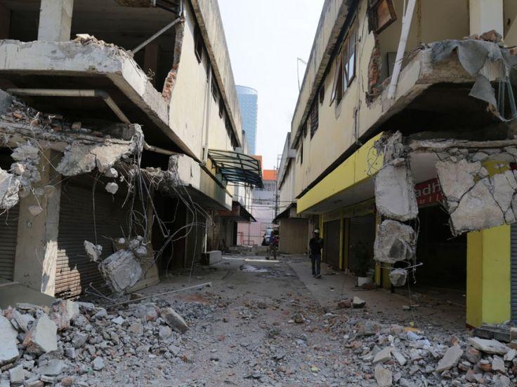 Beberapa bagian gedung pasar yang sudah dibongkar