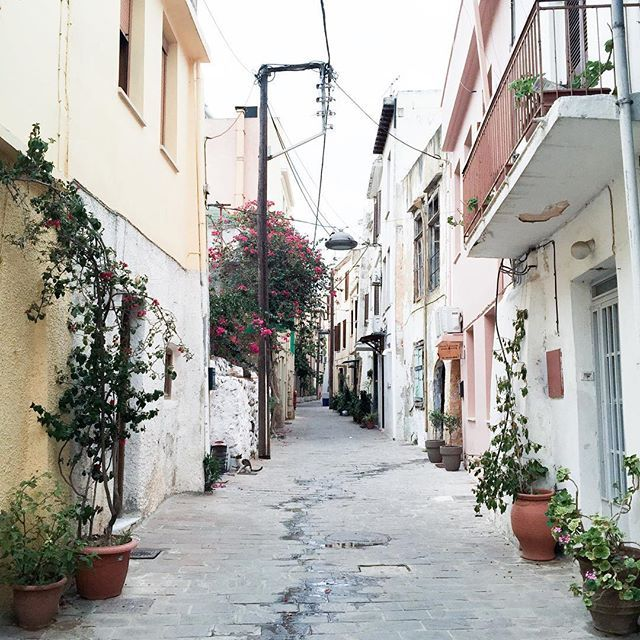 More on www.offwhiteswan.com How cute are those colorful alleys in beautiful chania? 🏫🏩🏦 #summer #colorful #city #holiday chania, old town, crete, greece #swantjesoemmer #offwhiteswan