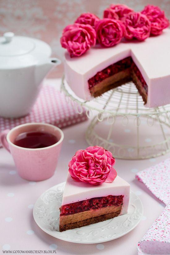 Lekki, malinowy torcik z czekoladowym musem i serową kołderką to moja kolejna w tym sezonie propozycja ciasta z malinami. Do połączenia malin z czekoladą