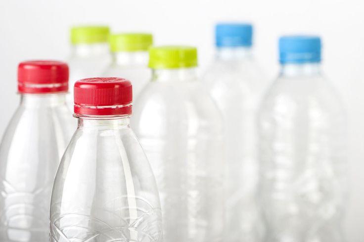 Come pulire le bottiglie | Che siano in plastica o in vetro, le bottiglie sono sempre difficili da pulire. Come rimediare? Titty & Flavia hanno la soluzione