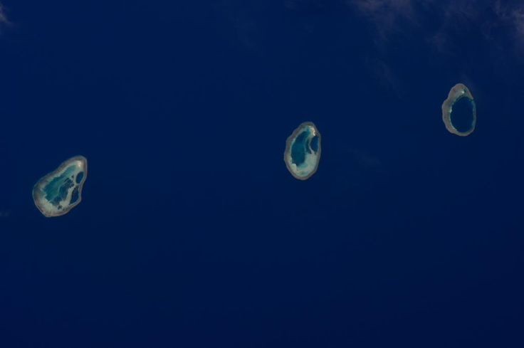 Three little atolls in a row - jewels of the ocean! / (IT) Tre piccoli atolli in riga come gioielli nell'oceano!