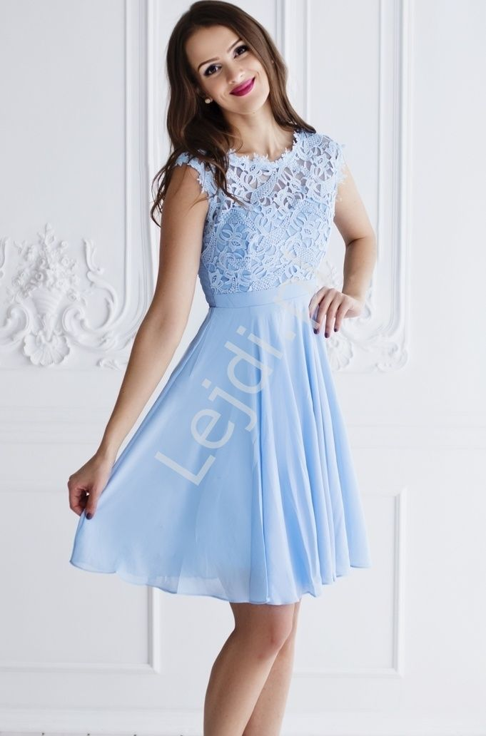 Krótka błękitna szyfonowa sukienka  z koronką o ładnym wyraźnym wzorze. Pieknie wyeksponowane koronka plecy.  Sukienka z podszewką . Dół luźny, zwiewny. Sukienka idealna na wesele, połowinki , studniowkę czy bal gimnazjalny. Z  tyłu rozciagliwa guma, która pięknie dopasowywuje się do ciała.
