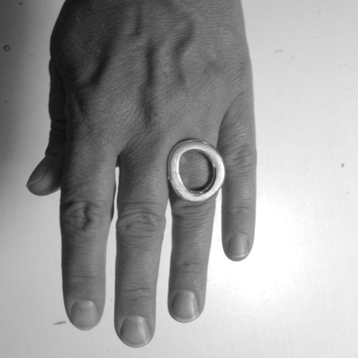 Stor smuk luksuriøs fingerring i den tunge klasse i 925 sterling sølv.  Denne fingerring er enorm flot og har et meget stærkt udtryk. Selve fingerringen er en tyk rund sølvring på 4mm, den øverste del af ringen er en smedet håndtstøbt ring der er loddet på. Ringen er en af vores meget populære fingerringe, og det kan vi godt forstå. Pris 1800,- http://www.vitavita.dk/produkt-kategori/fantastisk-laekker-soelvring