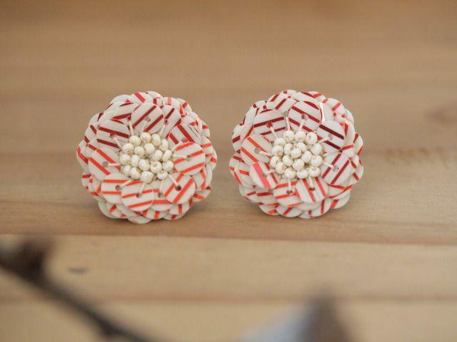 フランスの現行スパンコールをレース糸で編みつけながらお花の形に仕上げました。 こちらのスパンコールは、ストライプ柄になっており、カジュアルな装いにお使いいただけるかと思います。耳元を華やかに演出してくださいね。色:乳白色に光沢あるレッドのストライプのスパ...