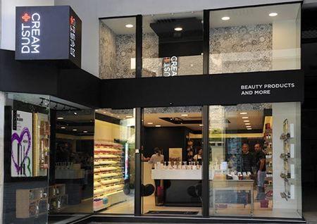 Με τον επιτυχημένο συνδυασμό της υψηλής ποιότητας των προϊόντων και των εξαιρετικά ανταγωνιστικών τιμών, τα καταστήματα καλλυντικών, προϊόντων μακιγιάζ, αρωμάτων, ειδών προσωπικής φροντίδας Dust + Cream συνεχίζουν την ανοδική τους πορεία.