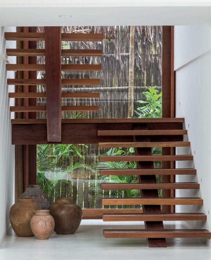 A transparência característica do projeto também comparece na escada que leva aos quartos – repare como os degraus parecem futuar.