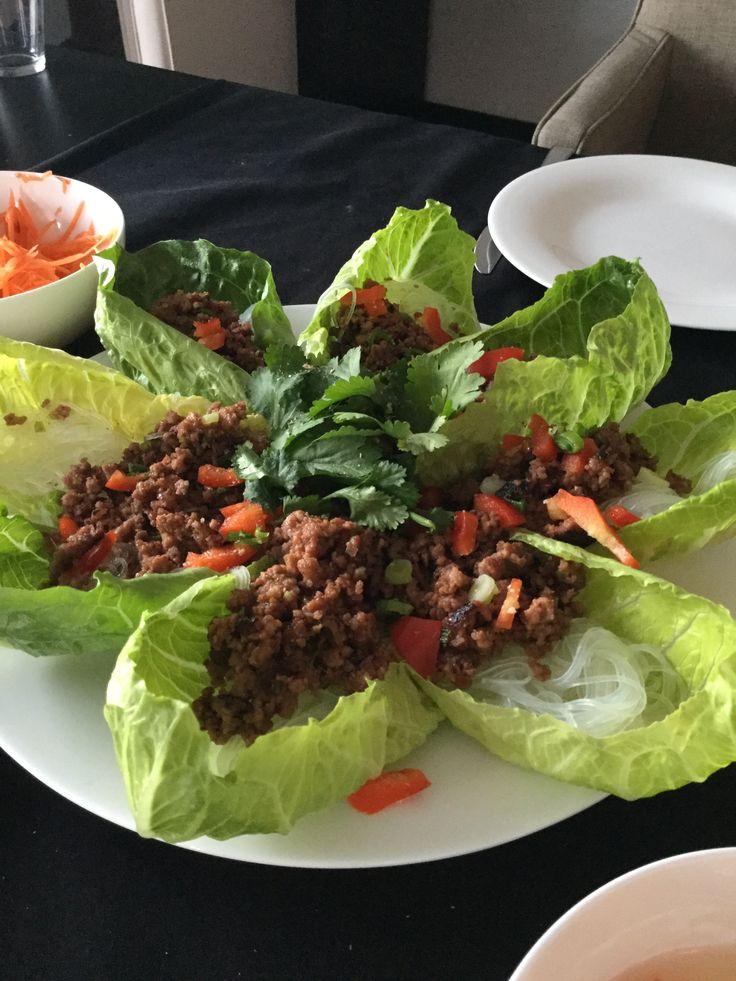 Slakuipjes met glasnoedels en Thais gekruid gehakt. Was je Romeinse sla en laar uitlekken. Snij een rode ui in een zo fijn mogelijke brunoise. Alsook een lente-ui en rasp ook een koffielepel verse gember. Neem je gemengd gehakt, voeg een el soyasaus toe, een el vissaus, een half theelepeltje sambal oeloek, ( of een half pikant chilipepertje) en je fijngesneden kruiden. Meng dit alles en bak in de pan krokant op terwijl je glasnoedels garen. Laat deze uitlekken en roer er een el sesamolie…