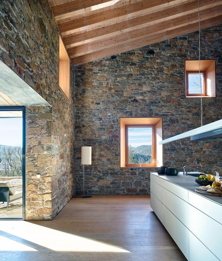 Située dans le parc naturel de Garrotxa dans les Pyrénées espagnols, cette ferme était une véritable ruine jusqu'à l'intervention des architectes du studio AMM Arquitectes.  Les murs imposants en pierre on été reconstruits un à un et conservés bruts pour contraster avec les nouveaux matériaux modernes. Une extension en bois de chêne a été ajoutée pour augmenter l'espace de vie. Les matières comme la pierre et le bois côtoient le béton, le métal et le verre. La maison est résolument…
