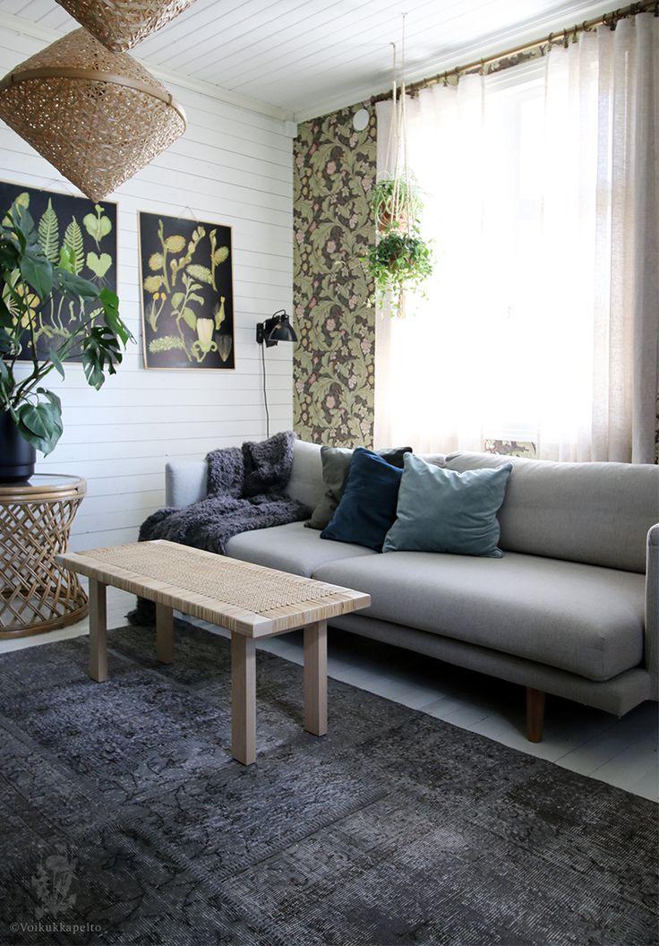 Voikukkapelto-blogissa esitellään olohuone, jonka keskelle kaunis, harmaa Elif-vintagematto pääsi. Elif on valmistettu vuosikymmeniä vanhoista kelim-paimentolaismattojen palasista, jotka on värjätty ja kudottu yhteen saaden aikaiseksi uniikki , näyttävä ja moderni matto, jolla kuitenkin on kiehtova historia. #Sukhi #turkkilainenmatto #harmaa
