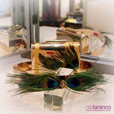 El sábado dijimos adiós al conjunto de #clutch y #cinturón dorados con adorno de plumas de Pavo Real. A veces nos cuesta despedirnos de determinadas piezas, pero estoy segura que su dueña lo va a lucir como nadie con su precioso vestido fresa. #cinturonesdeboda #clutchconplumas #nilatarancodesign #lookdeinvitada #bolsodorado #inspiraciondeboda #invitadaperfecta #weddinglook