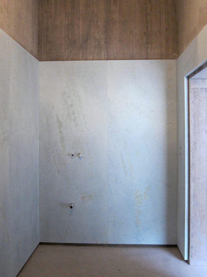 Lambrisering entreehal, natuursteen en beton Valerio Olgiati villa allem