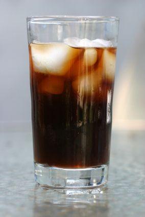 Chocolate Cognac Coffee: 1/4 de xícara de café, 2 xícaras de água, 1 colher de açucar, 1/4 xarope de chocolate, 1/4 leite, 1/4 conhaque. Gelo!
