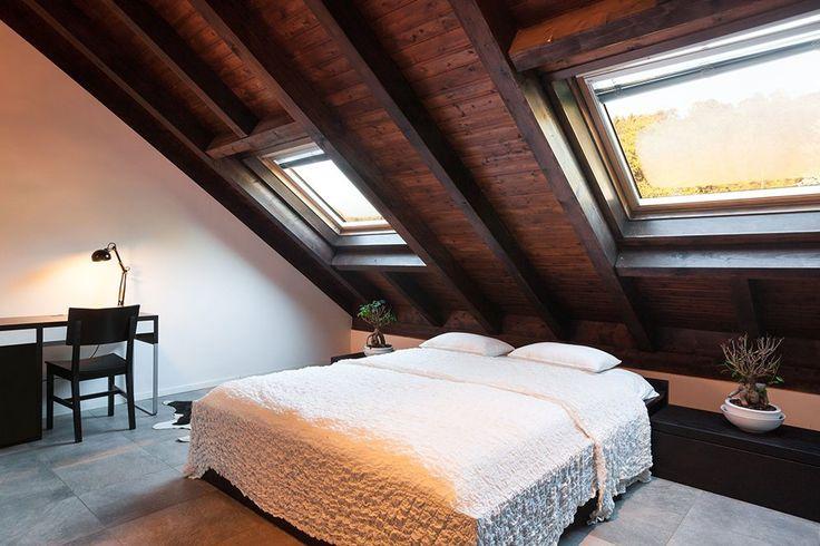 Elegancka i romantyczna sypialnia dla dwojga w drewnie, zorganizowana na poddaszu. #design #urządzanie #urząrzaniewnętrz #urządzaniewnętrza #inspiracja #inspiracje #dekoracja #dekoracje #dom #mieszkanie #pokój #aranżacje #aranżacja #aranżacjewnętrz #aranżacjawnętrz #aranżowanie #aranżowaniewnętrz #ozdoby #sypialnia #sypialnie #łóżko #łoże #drewno