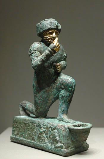 El orante. 2150 A. C. aproximadamente, Babilonia. Estatuilla de bronce y oro.