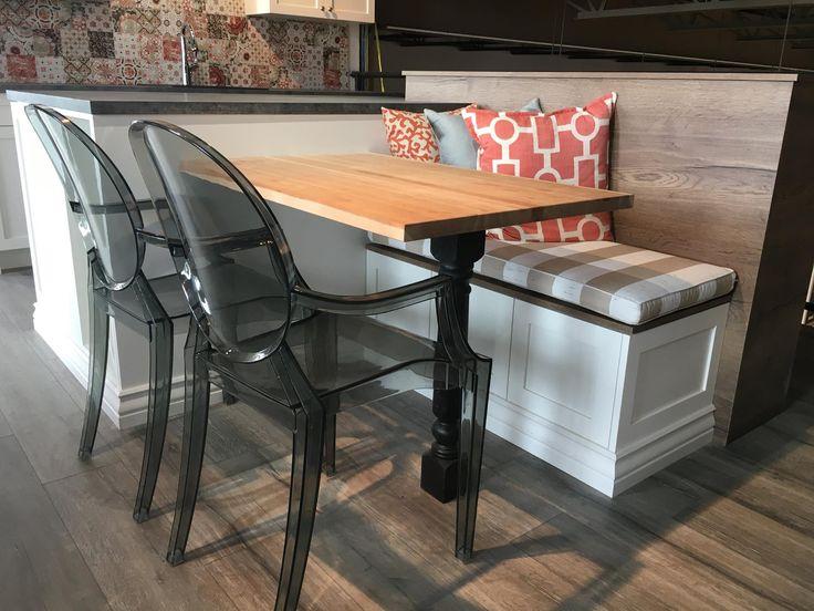 Farmhouse kitchen style. Big kitchen island with a table and a bench. Cuisine de style maison de campagne. Grande ilot de cuisine avec une table et un banc.